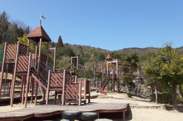 デイキャンプやバーベキューが楽しめる大型の公園